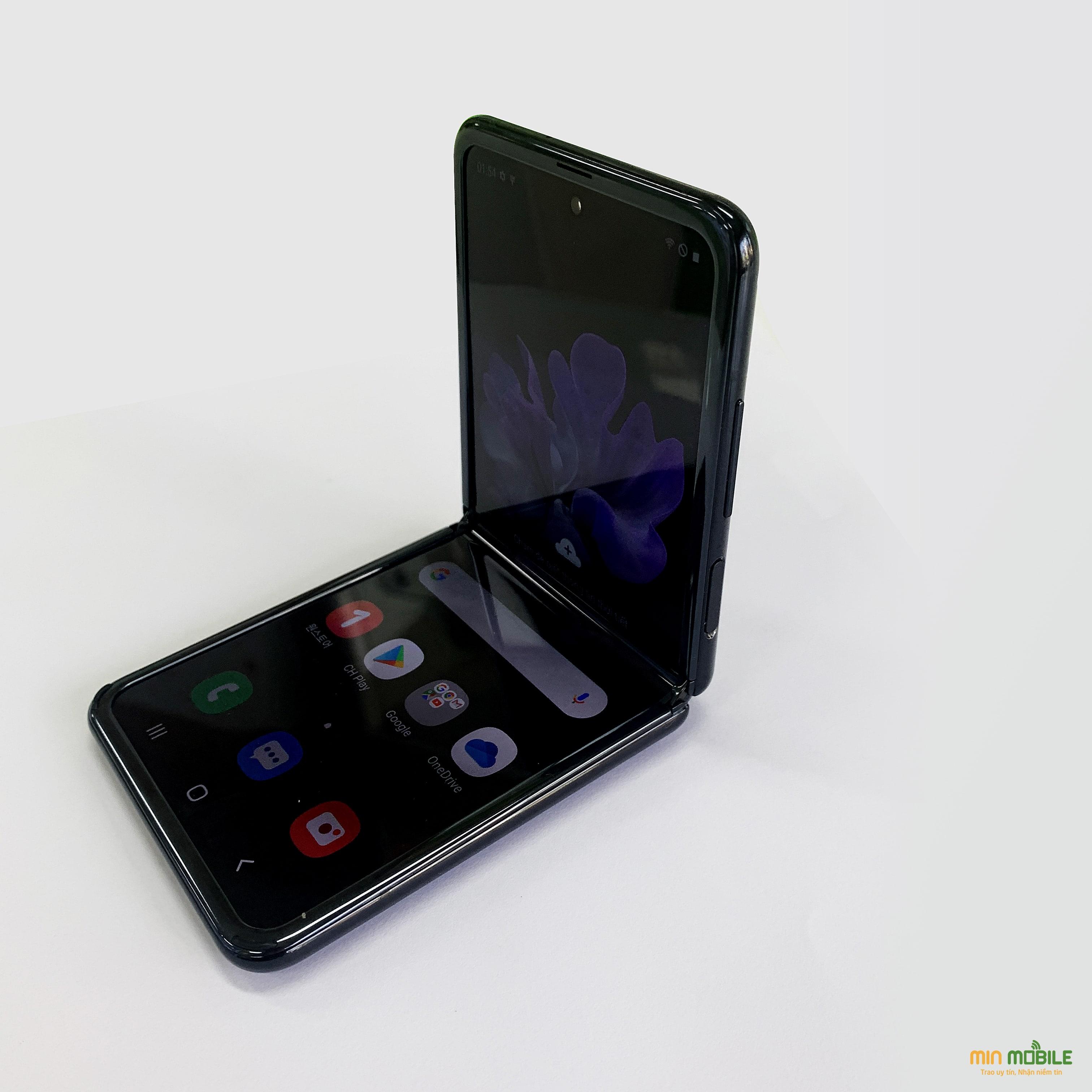Người dùng có thể gập Galaxy Z Flip rồi để trên mặt bàn